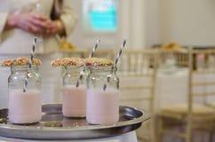 Utsmyckad milkshake med kakan och sugrör Royaltyfria Bilder