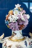 Utsmyckad porslinprydnad med vasen av blommor Royaltyfri Bild
