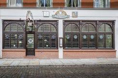 Utsmyckad restaurangfasad, Stralsund, Tyskland royaltyfria foton
