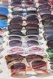 Utsmyckad solglas?gon i ett lager mode shoppar solglas?gon Ovanlig och original- samling av solglasögon Vertikalt foto royaltyfri foto