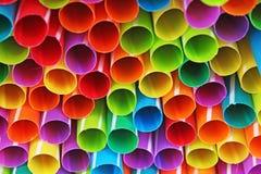 Utsmyckad sugrörkonstbakgrund Abstrakt tapet av kulöra utsmyckade sugrör Regnbåge färgad färgrik modelltextur Arkivfoto
