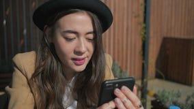 Utsmyckad telefon för härlig tonåringflickawitn lager videofilmer