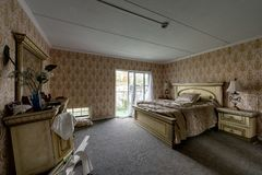 Utsmyckad uppehälle - övergett brunt hotell för ` s - Catskill berg, New York royaltyfri fotografi