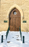 Utsmyckad välvd dörröppning i vinter Arkivbilder