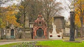 Utsmyckade allvarliga monument i den Mont martrekyrkogården, Paris, Frankrike, Royaltyfri Foto
