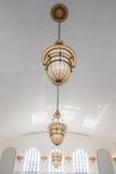 Utsmyckade gamla lampor som hänger från det vita taket Royaltyfri Foto