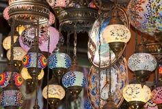 Utsmyckade glass lampor på marknadsstallen Arkivbild
