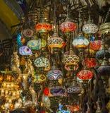 Utsmyckade glass lampor på marknadsstallen Arkivfoton
