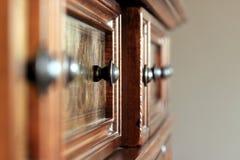 Utsmyckade handtag på träkabinettet royaltyfria bilder