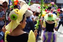 Utsmyckade hattar som är slitna med dräkter i gata, dansar händelse Arkivbilder