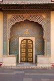 Utsmyckade ingångsdörrar på stadsslotten, Jaipur, Indien arkivfoton