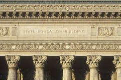 Utsmyckade kolonner av den statliga utbildningsbyggnaden, Albany, NY arkivbilder