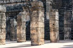 Utsmyckade kolonner i Chichen Itza Royaltyfri Bild