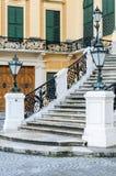 Utsmyckade Lampss och yttre trappa med buktig svart metallrai Fotografering för Bildbyråer