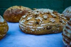 Utsmyckade loaves av bröd på tabellen Royaltyfri Foto