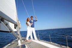 Utsmyckade par som tycker om seglingritten Royaltyfria Foton