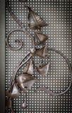 Utsmyckade smidesjärnbeståndsdelar av metallportgarnering royaltyfri foto
