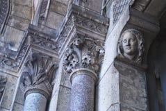 Utsmyckade stenkolonner i forntida kyrka Fotografering för Bildbyråer