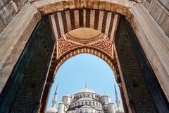 Utsmyckade trädörrar av den Suleymaniye moskén, Istanbul, Turkiet Fotografering för Bildbyråer