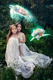 Utsmyckat arbete med flickor och flygsköldpaddor arkivfoto