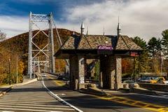 Utsmyckat avgiftbås - historisk bro för björnbergupphängning - Hudson River - New York arkivbilder