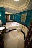Utsmyckat bad, badrum i hotell för lyxig semesterort arkivbilder
