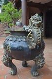 Utsmyckat brons handtaget på den stora urnan fotografering för bildbyråer