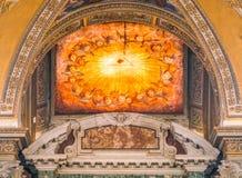 Utsmyckat fönster i baptisteryen av basilikan av Santa Maria Maggiore i Rome, Italien arkivfoton