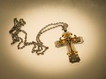 Utsmyckat försilvra och guld- Christian Cross royaltyfria foton