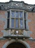 Utsmyckat fjärdfönster med en vapensköld royaltyfria bilder