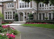 utsmyckat främre hus för blommor royaltyfri bild