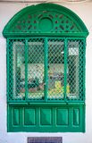Utsmyckat gammalt snidit fönster i ett traditionellt marockanskt hus fotografering för bildbyråer