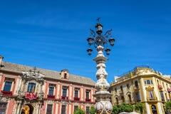 Utsmyckat gataljus i Seville, Spanien royaltyfri fotografi