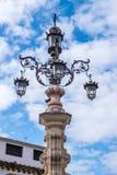 Utsmyckat gataljus och historisk arkitektur i Seville, Spanien arkivbilder