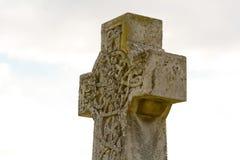 Utsmyckat gravstenkors royaltyfri fotografi
