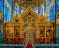 Utsmyckat guld- altare och symboler av frälsaren på Spilled blod eller domkyrkan av uppståndelsen av Kristus i St Petersburg, Rys royaltyfri foto
