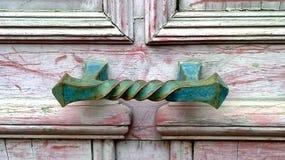 Utsmyckat handtag på dörr arkivfoto