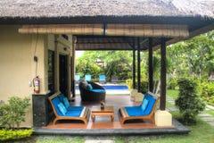 Utsmyckat hotellrum i Bali, Indonesien royaltyfria bilder