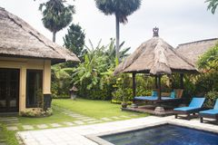 Utsmyckat hotellrum i Bali, Indonesien royaltyfria foton