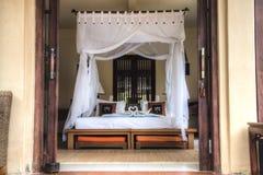 Utsmyckat hotellrum i Bali, Indonesien arkivfoton