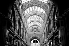 Utsmyckat inomhus shoppingkomplex för Glass tak royaltyfri foto