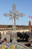 Utsmyckat järnkors, Sezanne kollektiv kyrkogård, Frankrike royaltyfri foto