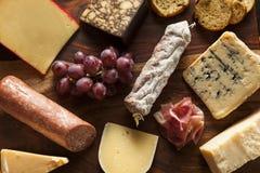 Utsmyckat kött och Cheeseboard med frukt royaltyfri bild