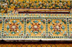 Utsmyckat keramiskt för tempelvägg, Thailand fotografering för bildbyråer