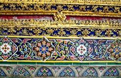 Utsmyckat keramiskt för tempelvägg, Thailand royaltyfria foton