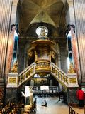 Utsmyckat korpulpetAmbopodium i fransk kyrka arkivfoton