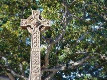 Utsmyckat kors: Andlighet och natur arkivbild