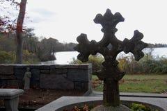Utsmyckat kors på St Barnabas Memorial Church, Falmouth, Massachusetts, Förenta staterna royaltyfri foto