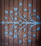 Utsmyckat kyrkligt dörrgångjärn arkivfoto