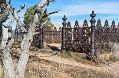 Utsmyckat kyrkogårdstaket arkivfoto
